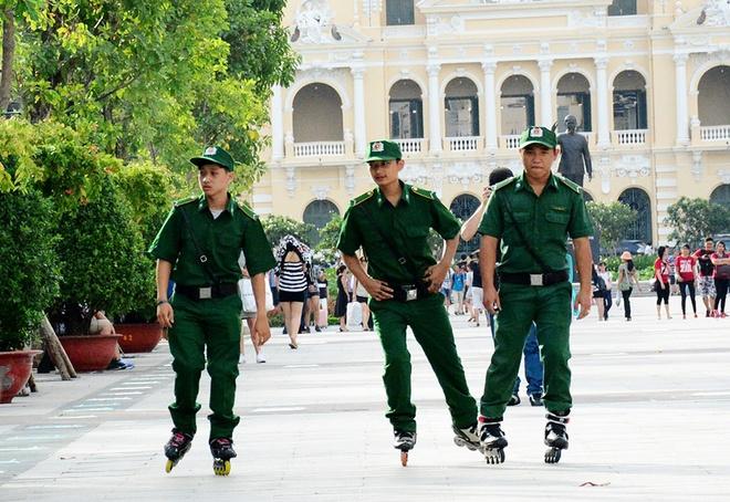 Thanh nien xung phong luot patin tren pho di bo Sai Gon hinh anh
