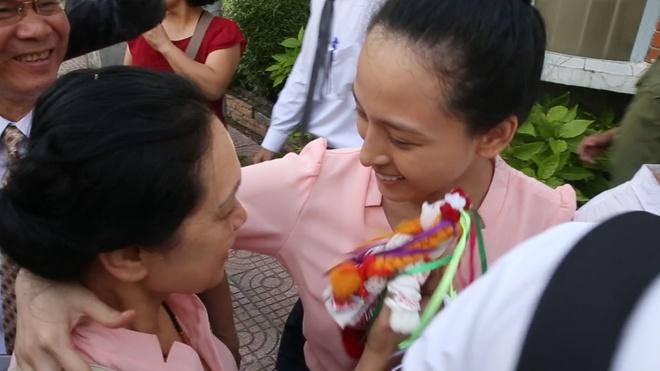 Me con hoa hau Phuong Nga trao nuoc mat ngay cong trai tam giam hinh anh