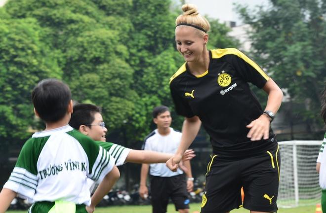 Hoc sinh Sai Gon hao hung choi bong cung nu HLV Dortmund hinh anh