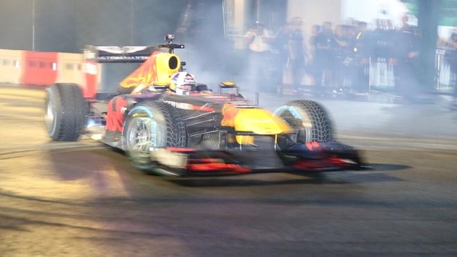 Man nhan voi man drift xe cua tay dua F1 David Coulthard o Sai Gon hinh anh