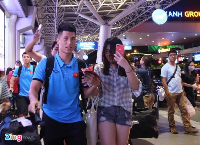 U23 than thien voi nguoi ham mo o san bay Tan Son Nhat hinh anh 3