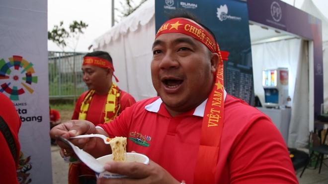 Khong khi soi noi cua CDV truoc tran Olympic Viet Nam gap Nepal hinh anh