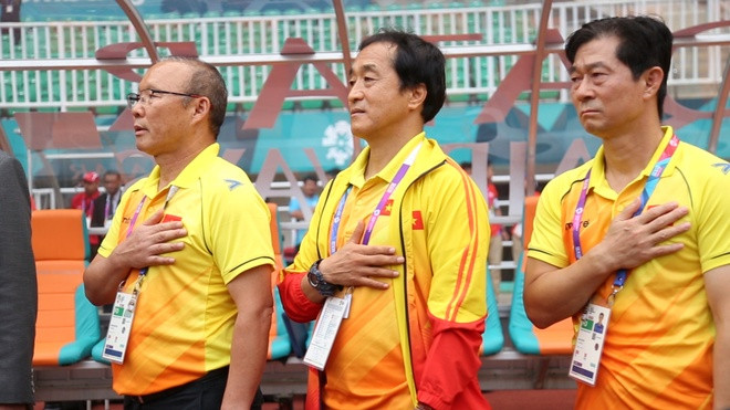 HLV Park Hang-seo hat quoc ca, bat tay BHL Olympic Han Quoc hinh anh