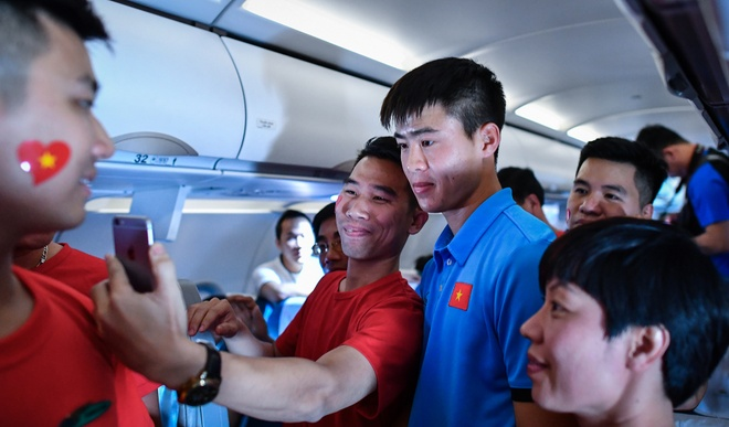 Dinh Trong, Duy Manh bi CDV vay kin tren tau bay hinh anh