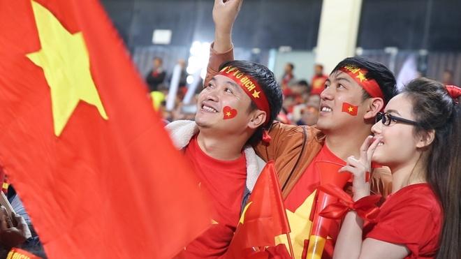 Tuyển Việt Nam vẫy chào 40.000 CĐV khi ra sân khởi động