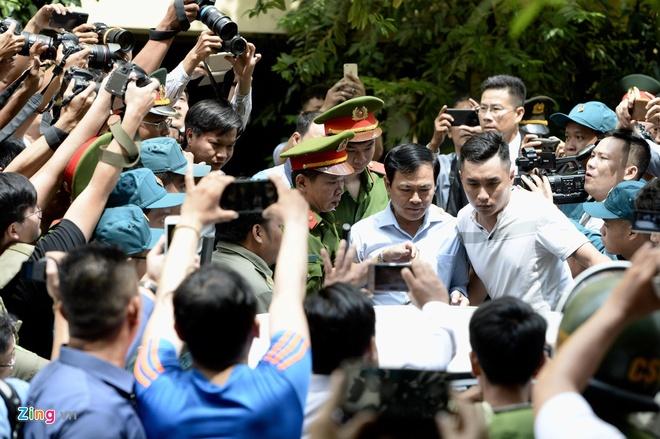 Nhieu nguoi muon nhin thay Nguyen Huu Linh khi roi toa hinh anh