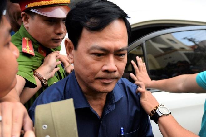 Nguyen Huu Linh duoc hang chuc canh sat che chan khi roi toa hinh anh