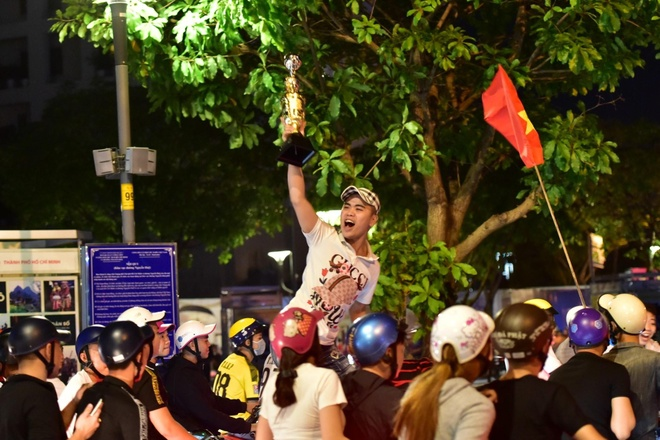 Pho di bo Nguyen Hue sau 23h ngay tuyen Viet Nam thang UAE hinh anh