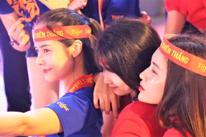 Pho di bo Nguyen Hue nhu co le hoi truoc tran Viet Nam - Thai Lan hinh anh