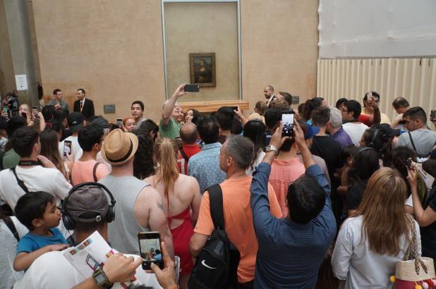 Buc tranh Nang Mona Lisa,  Bao tang Lourve,  Du khach phan no anh 1
