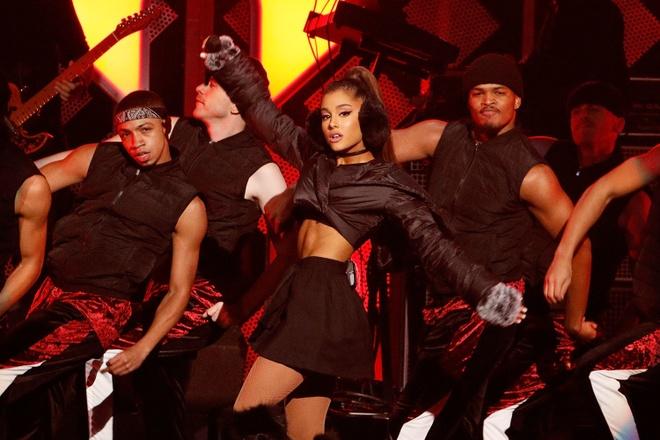 Em chong Tang Thanh Ha: Ariana Grande mang e-kip hung hau den Sai Gon hinh anh 1