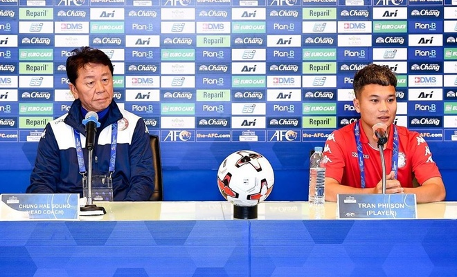 HLV Chung và Phi Sơn trong buổi họp báo. Ảnh: Buriram.