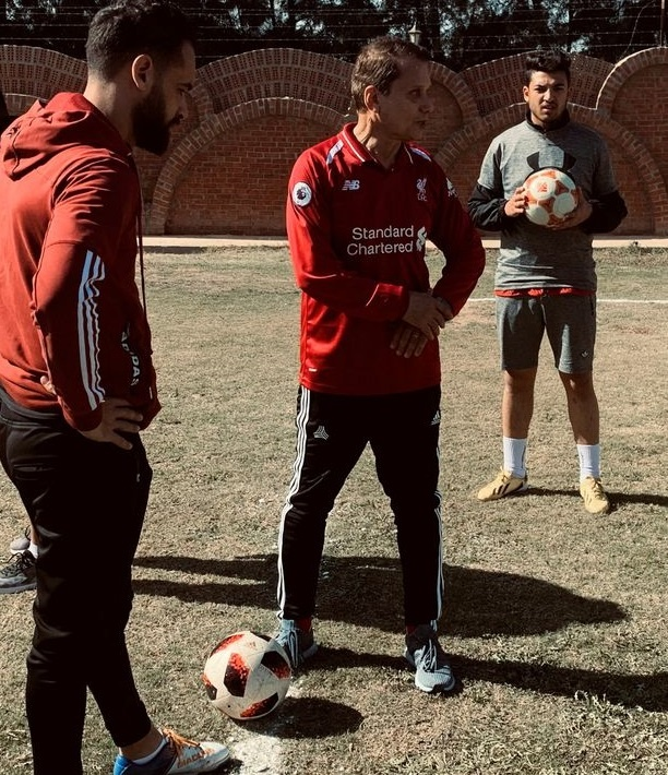 Cu ong 75 tuoi tro thanh cau thu chuyen nghiep hinh anh 1 0_Ezzeldin_Bahader_a_75_year_old_Egyptian_football_player_talks_with_players_during_his_training_in.jpg