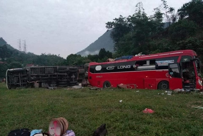 Xe khách chở 41 người biến dạng sau pha đối đầu ôtô tải chở sắt vụn