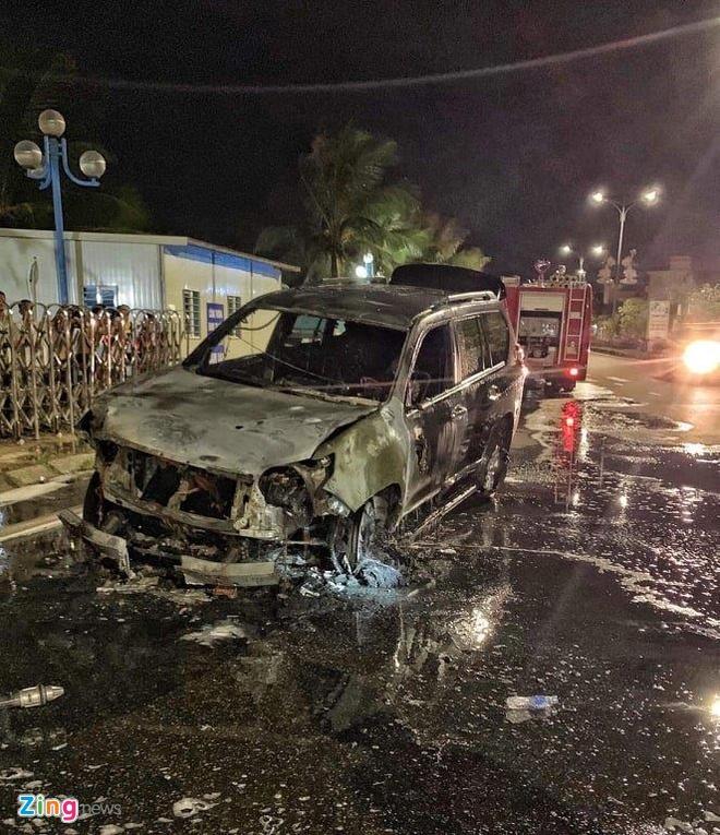 Xe Prado bốc cháy như đuốc trong đêm