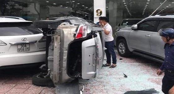 Hiện trường vụ ôtô lao từ tầng 2 showroom xuống đất