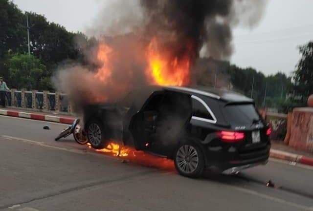 Tông 3 xe máy, ôtô Mercedes GLC 250 bốc cháy