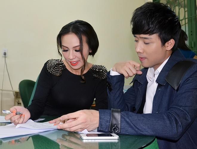 Tran Thanh cam du che mua cho Huyen Ny tren san khau hinh anh