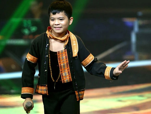 Clip Quang Anh hat dam cuoi truoc The Voice Kids hinh anh