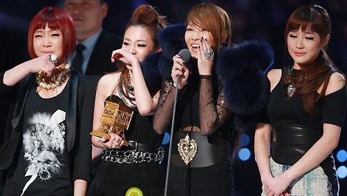 Fan 2NE1 buc xuc, that vong ve MAMA 2013 hinh anh