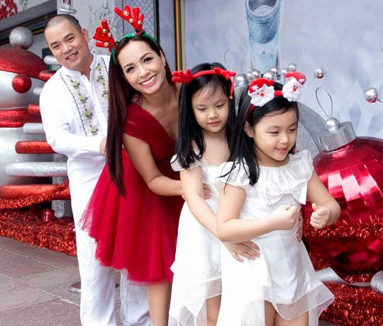 Thuy Hanh dua ca nha di choi Noel som hinh anh