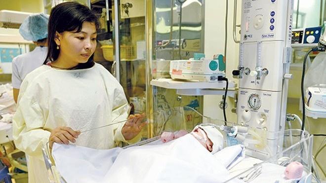Em gái của nạn nhân đang theo dõi cháu bé tại Bệnh viện Nhi Đồng 1, TP.HCM.
