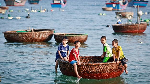 Vi vu vinh Xuan Dai hinh anh 1 Những đứa trẻ chơi trên thuyền thúng ở làng chài Từ Nham, xã Xuân Thịnh - Ảnh: Tiến Thành