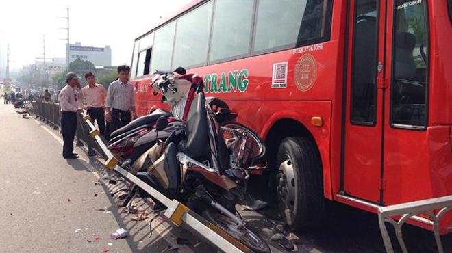 Xem xet khoi to tai xe xe Phuong Trang gay tai nan hinh anh 1 Xe khách Phương Trang lao qua dải phân cách đâm liên tiếp nhiều xe máy - Ảnh: Đại Việt