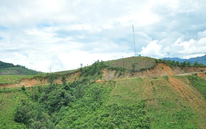 Những đoạn đèo nằm vắt vẻo giữa sườn núi trên đèo Lò Xo.