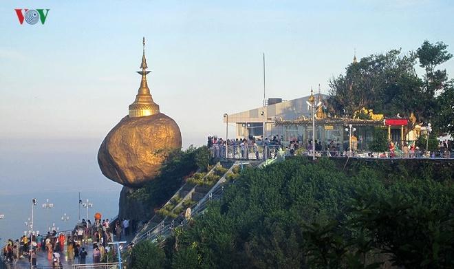 Ngoi chua doc dao tren Hon Da Vang o Myanmar hinh anh