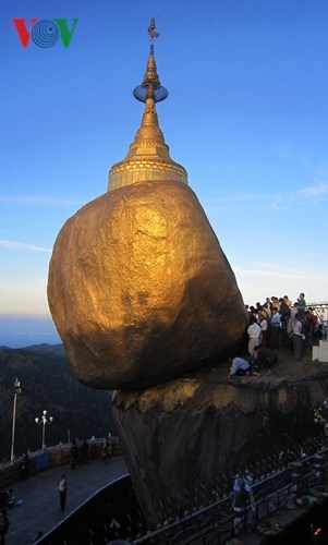 Ngoi chua doc dao tren Hon Da Vang o Myanmar hinh anh 1 Chùa Hòn Đá Vàng (chùa Kyaikhtiyo) là một trong những di tích vô cùng nổi tiếng của Myanmar và được xếp vào một trong số rất ít những kiệt tác của thiên nhiên. Chùa nằm trên đỉnh núi Kyaikhtiyo với độ cao trên 1000 mét so với mực nước biển và cách Yagon hơn 200 km.