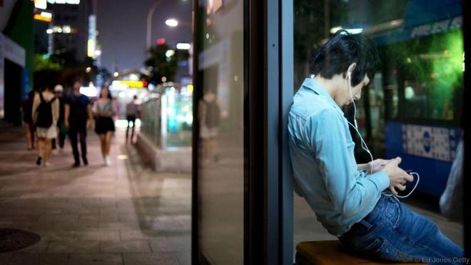 Seoul - thanh pho dang song nhat the gioi hinh anh 5 Người dân Seoul sử dụng thiết bị đa phương tiện để truy cập dịch vụ giao thông công cộng.