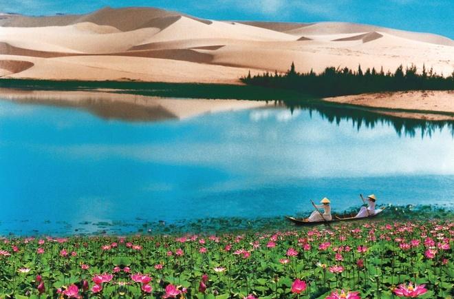 Suc quyen ru ngot ngao cua gio va cat Mui Ne hinh anh 2 Bàu Sen là vẻ đẹp tổng hòa của đại dương và sa mạc. Ảnh: yatlat