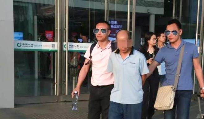 Nguoi dan ong Trung Quoc trom 59.000 USD roi mang giau o hang nui hinh anh 1