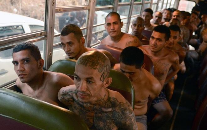 Nguoi El Salvador chay tron boi su de doa cua cac bang dang hinh anh