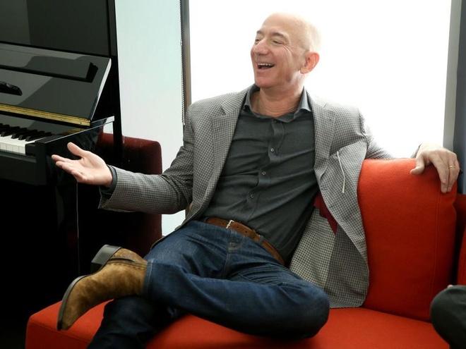 Trong 15 phut, ty phu Jeff Bezos kiem so tien mot nguoi My lam ca doi hinh anh 1