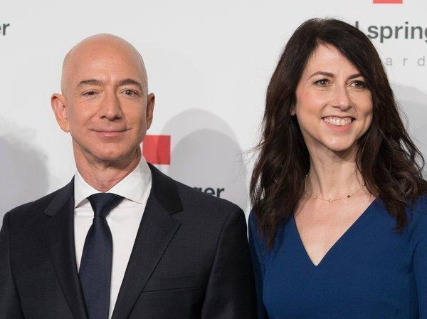 Trong 15 phut, ty phu Jeff Bezos kiem so tien mot nguoi My lam ca doi hinh anh 3