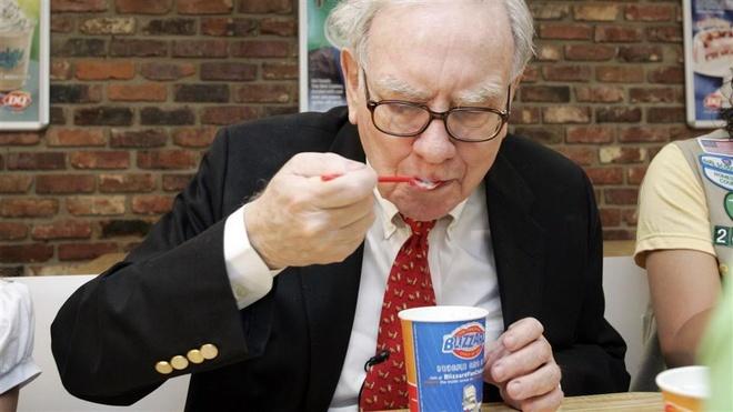 Bo ra 4,6 trieu USD de duoc an sandwich cung ty phu Warren Buffett hinh anh 1