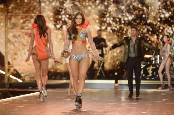 Diem lai nhung thang tram cua Victoria's Secret hinh anh 39