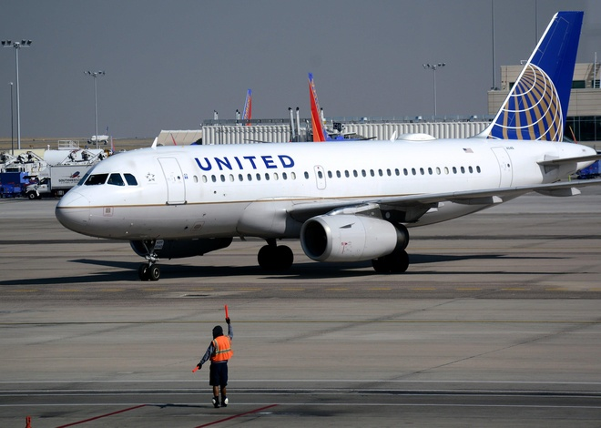 2 phi cong United Airlines say ruou anh 1