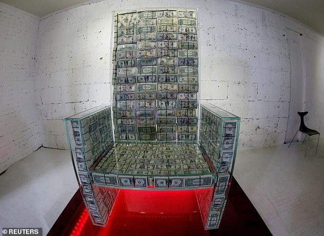 Sau man tung 20.000 USD, ty phu Nga che ngai vang 1 trieu USD tien mat hinh anh 1 21649730-7741817-image-a-71_1575132374751.jpg
