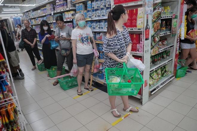 Người dân các nước mua sắm ra sao trong thời 'giãn cách xã hội'? - Ảnh 16.