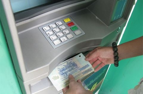 Hai nguoi Trung Quoc dung 160 the ATM gia de trom tien hinh anh