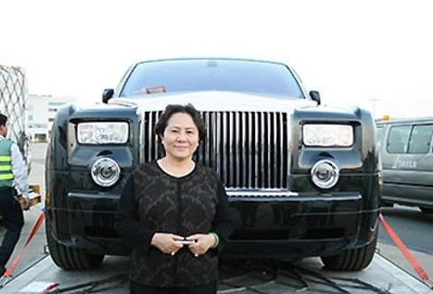 Bà chủ Công ty Diệp Bạch Dương là nữ doanh nhân được nhắc đến nhiều với chiếc xe Rolls Royce biển tứ quý cũng như gia tài trong sự nghiệp kinh doanh.