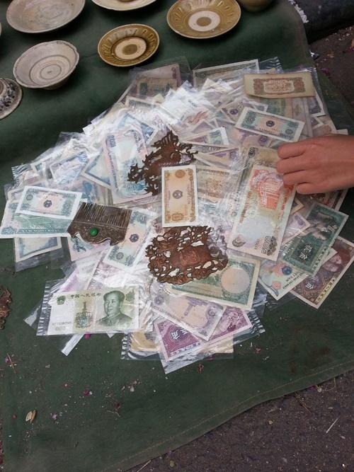 Hiện nay, những tờ tiền cũ được bán đổ đống với mức giá rẻ 50.000 – 20.000 đồng/tờ. (ảnh: Phương Nhung).