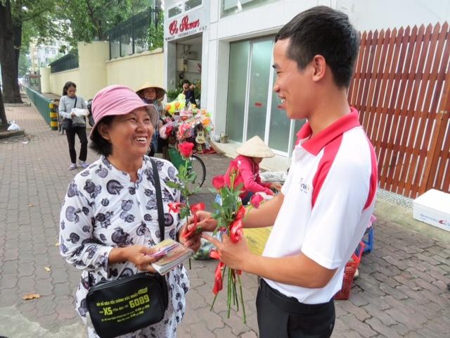 Ngan hang tang hoa cho nhung phu nu 'khong co ngay 20/10' hinh anh