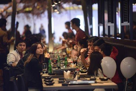 Tiec 8/3 voi cua hoang de gia 13 trieu dong/con hinh anh 17 Quán nhậu đông khách tại Royal. Theo nhiều chủ nhà hàng tại đây, từ 19h tối khách bắt đầu đổ về khu ẩm thực rất đông, nhiều nhân viên tại các khu ăn uống làm không xuể việc.