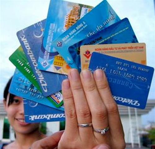 Cam ngan hang thu them phi ATM ngoai bieu ban hanh hinh anh