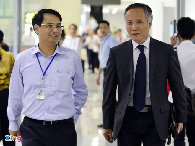 'Viet Nam du suc vao cuoc choi moi' hinh anh 1 Ông Trần Quốc Khánh, Trưởng đoàn đàm phán TPP trở về trong sự chào đón của đồng nghiệp, người thân.  Ảnh: Lê Hiếu.