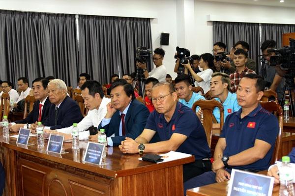 Vingroup va Hung Thinh ho tro tra luong cho HLV Park Hang-seo hinh anh 1
